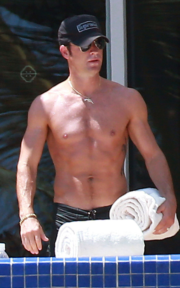 Hottie Justin Theroux goes shirtless in Cabo!   PopBytes