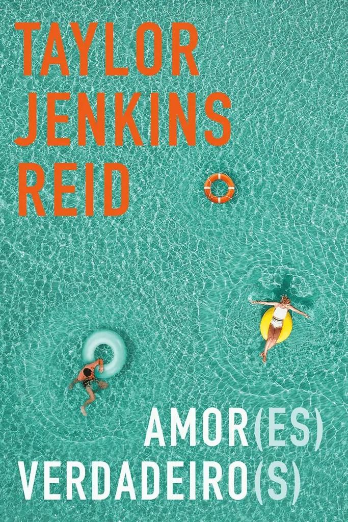 A capa do livro Amores Verdadeiros tem como fundo uma piscina com uma água cristalina em tom turquesa onde duas pessoas boiam com boias coloridas. Nas extremidades da capa estão o nome da autora e o título em laranja e branco.