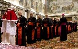 benedikt xvi. beim aussprechen der weihnachtswuensche der kardinaele