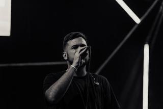 Sänger in Schwarz/Weiß