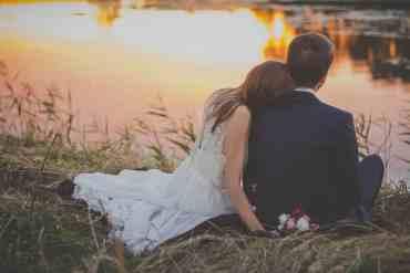 Verliebtes Paar sitzt an einem Fluss