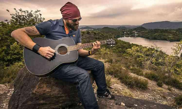 Mann mit Gitarre