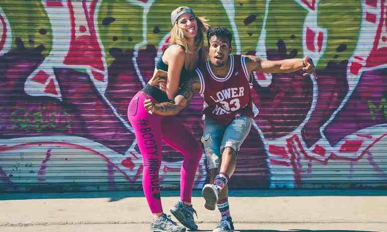 Zwei Personen in Hip-Hop-Kleidung