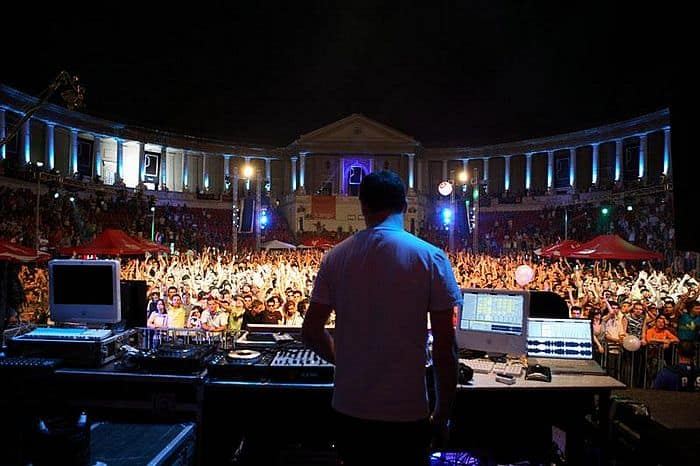 """Barbu Cristian, <a href=""""https://commons.wikimedia.org/wiki/File:DJ_Sasha_(Arenele_Romane,_Bucharest,_2006).jpg"""">DJ Sasha (Arenele Romane, Bucharest, 2006)</a>, <a href=""""https://creativecommons.org/licenses/by/2.5/legalcode"""">CC BY 2.5</a>"""