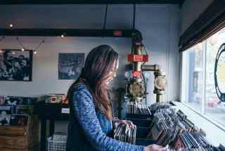 Frau schaut sich Alben an