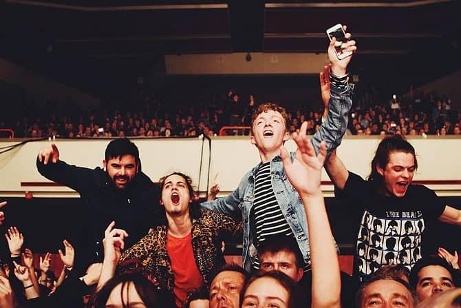 Menschen feiern auf einem Konzert