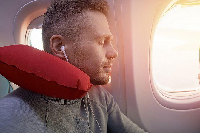 Mann mit In-Ear-Kopfhörer