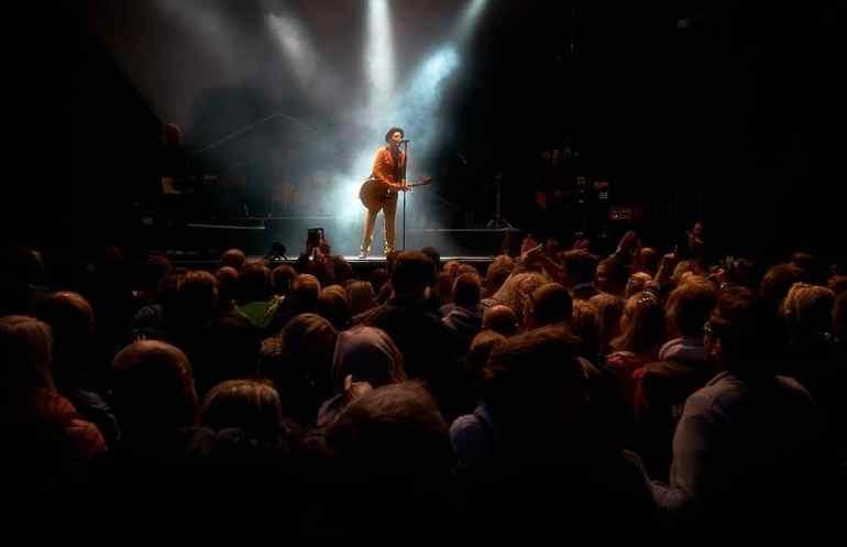 Sängerin steht auf einer Bühne