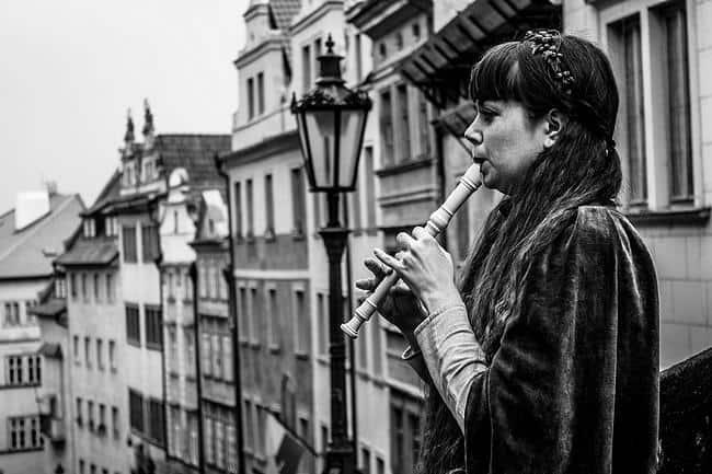 Frau spielt Blockflöte