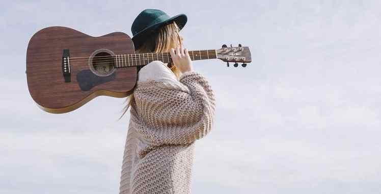 Britische Sängerin mit Gitarre