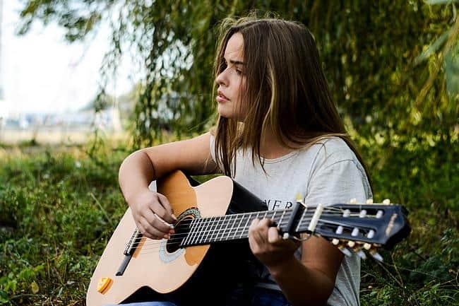 Sängerin mit einer Gitarre