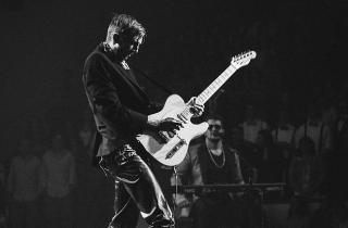 Gitarrist auf einer Bühne