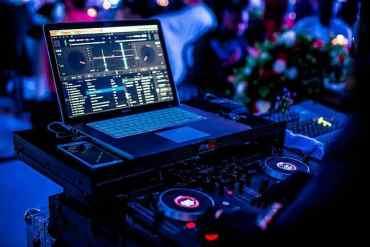 Computer auf dem ein DJ Programm geöffnet ist