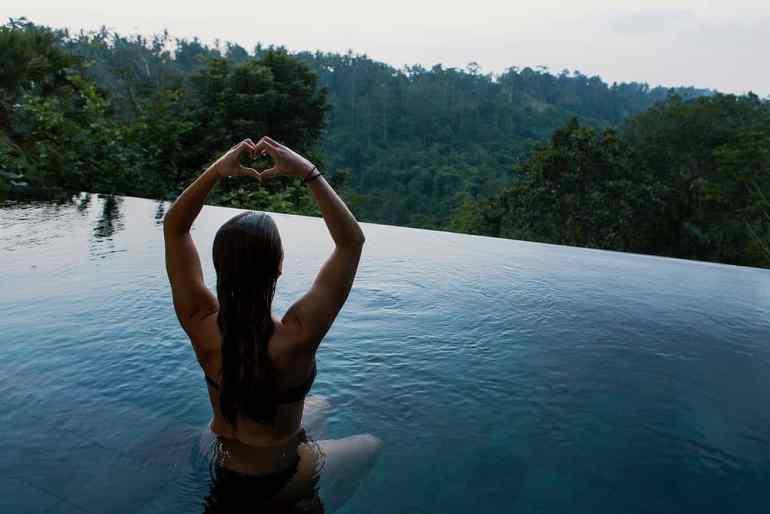 Frau entspannt im Wasser