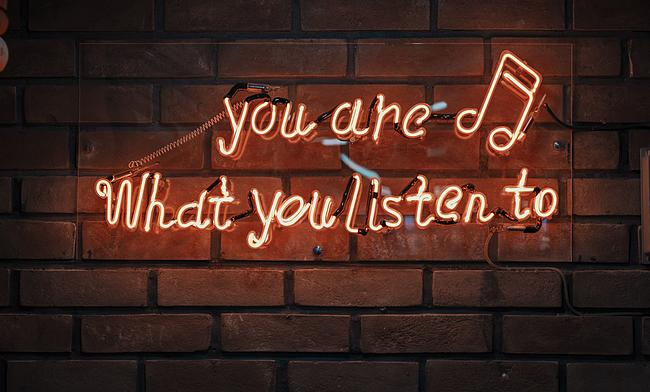 Schriftzug: You are what you listen to