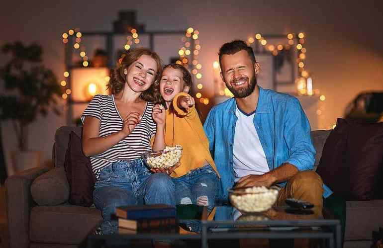 Drei Menschen lachen