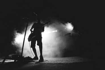 Mann mit Gitarre Scheinwerferlicht