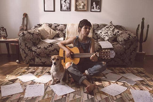 Frau mit Gitarre und Hund