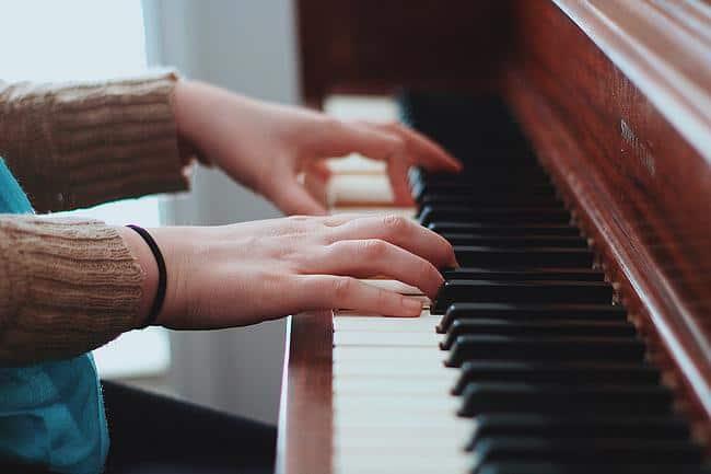 Person spielt Klavier