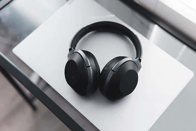 Kopfhörer auf einem Tisch
