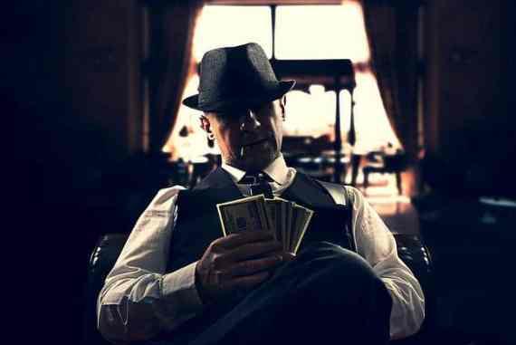 Mafia-Boss mit Zigarre und Geldscheinen