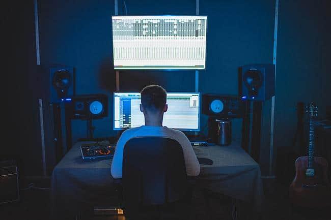 Mann mixt Musik im Tonstudio