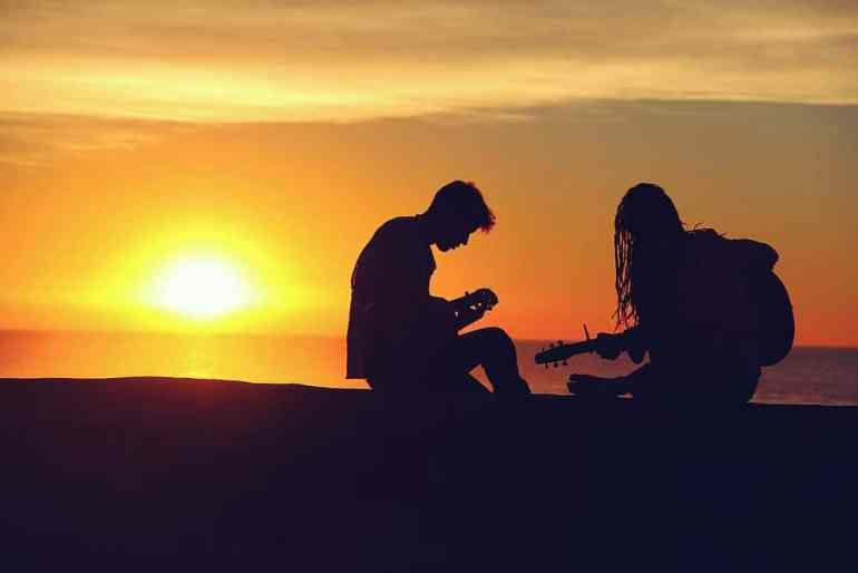 Ein Paar spielt Musik