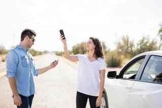 Frau und Mann suchen nach einem Handysignal