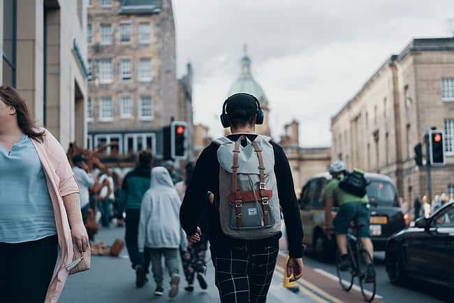 Mann mit Kopfhörer auf der Straße