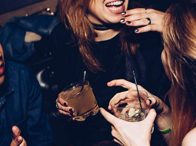 Zwei Frauen feiern mit Drinks