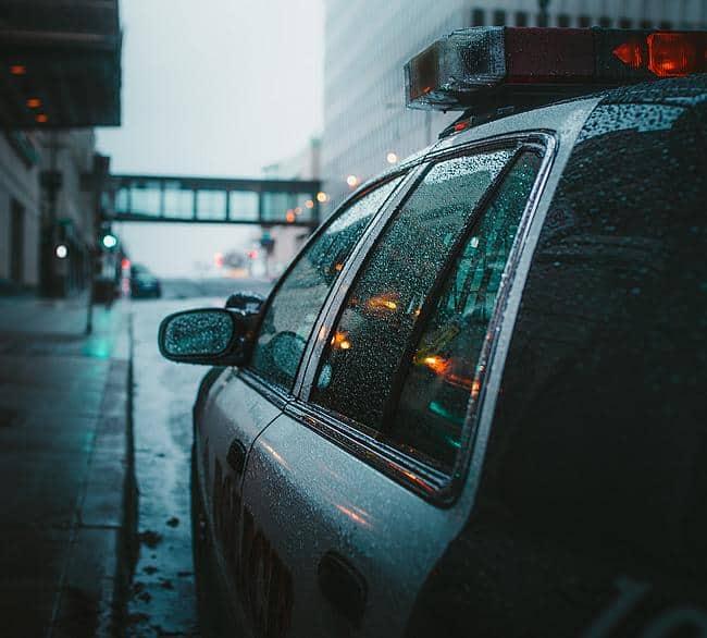 Polizeiauto im Regen