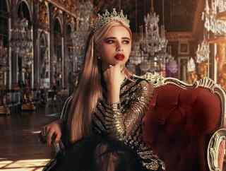 Prinzessin sitzt im Schloss auf einem Stuhl