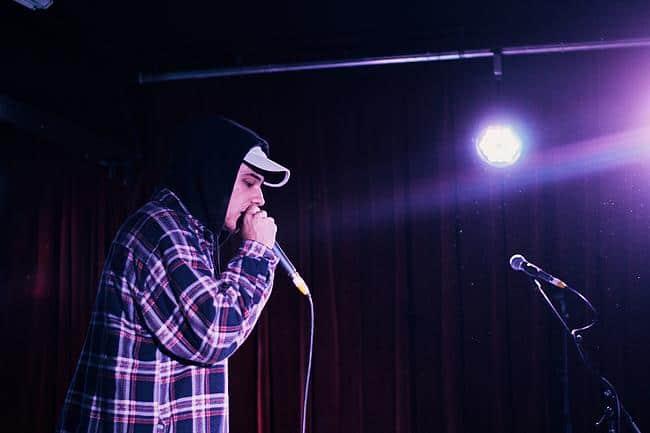 Rapper steht auf einer Bühne