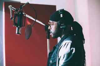Rapper steht im Tonstudio