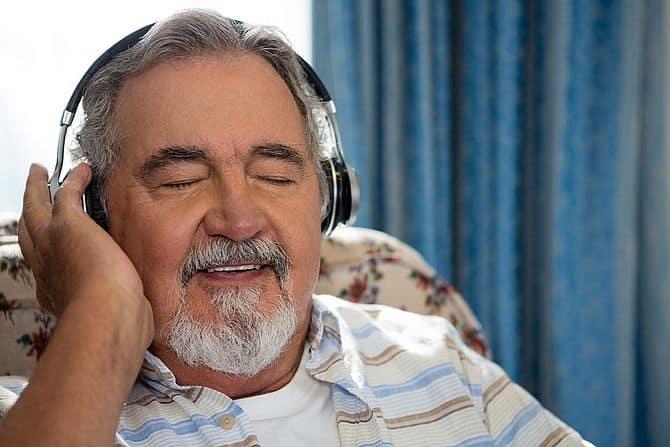 Alter Mann mit Kopfhörer