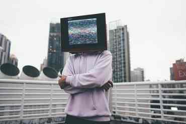 Person mit einem Fernseher auf dem Kopf
