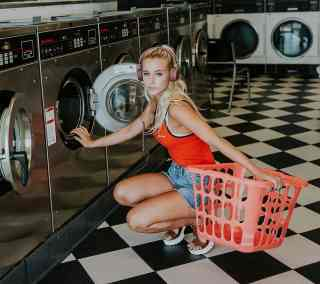 Frau mit Wäschekorb