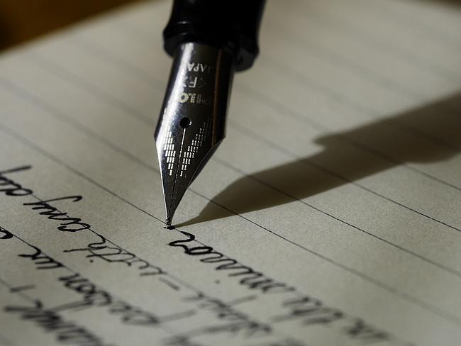 Füller schreibt auf Papier