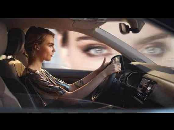 Cara Delevingne in einem VW T-Cross