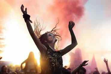 Frau ist auf einem Konzert