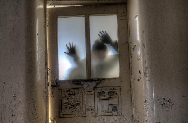 Zombie steht hinter einer Tür