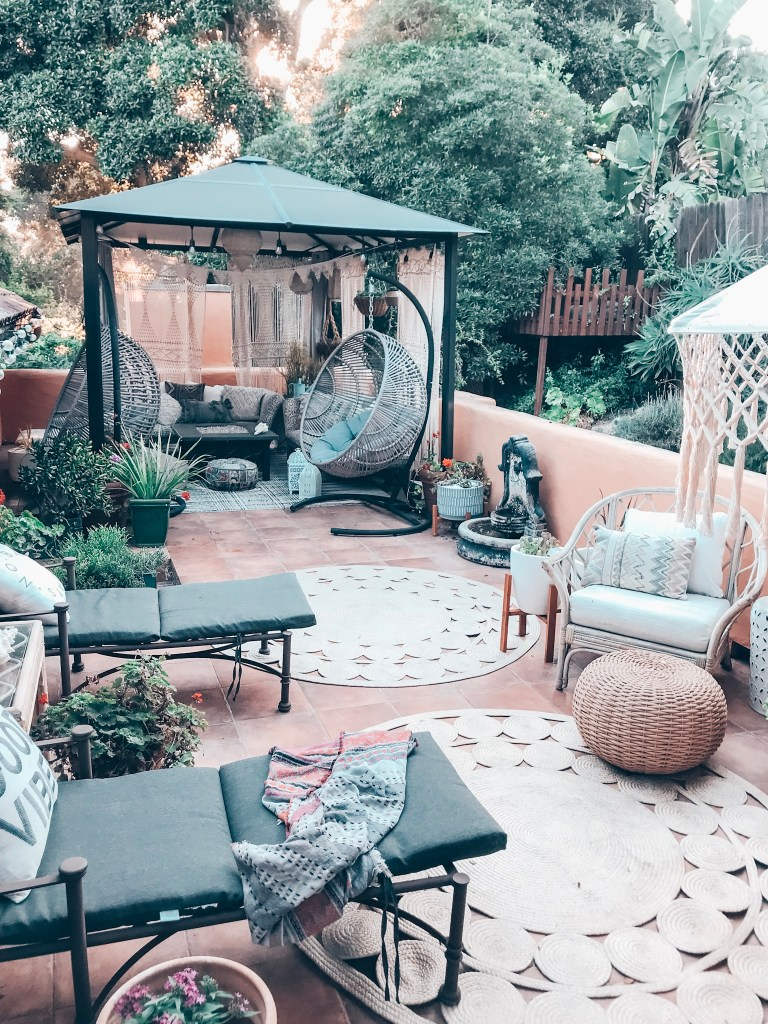 #bohooutdoordecor #outdoorpatioideas #outdoorrooms #deckreveal #deck #outdoordecorideas | Poplolly co.