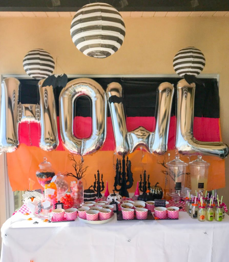 Cute Halloween Birthday party for girls | #halloweentreats #halloweentreatsforkids#girlshowlinhalloweenparty #littlegirlshalloweenbirthday #halloweenpartyideas #halloween #halloweenbirthday #halloweenparty #birthdaypartyideas #pinkorangepartydecor #| Poplolly co
