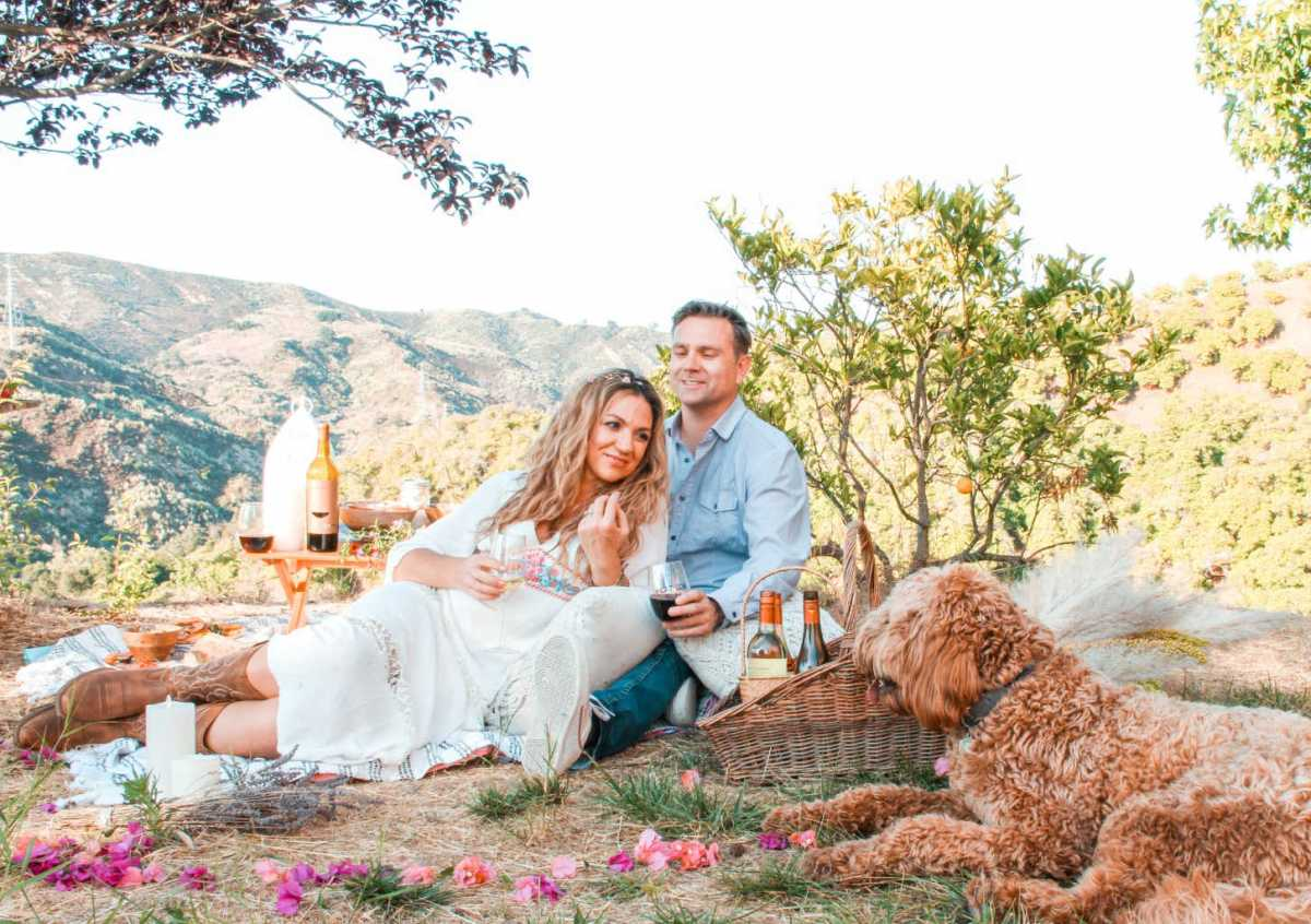 romantic picnic date ideas | decor | food | flat top wine | location | Poplolly co