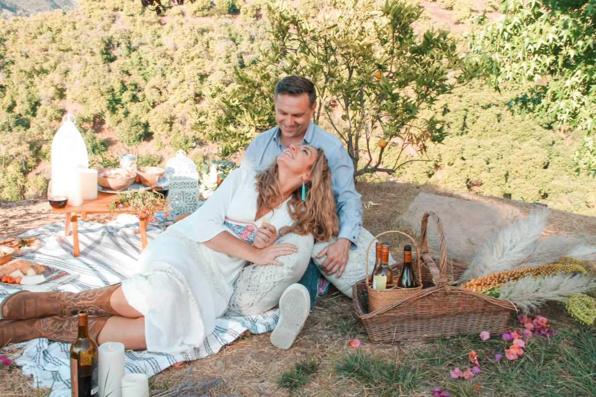 beautiful setting and decor ideas for a romantic picnic date | Poplolly co