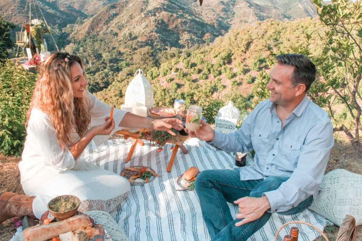 romantic picnic date ideas   Poplolly co