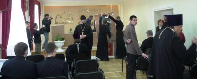 Перед началом презентации: в центре – ректор семинарии протоиерей Тимофей Фетисов