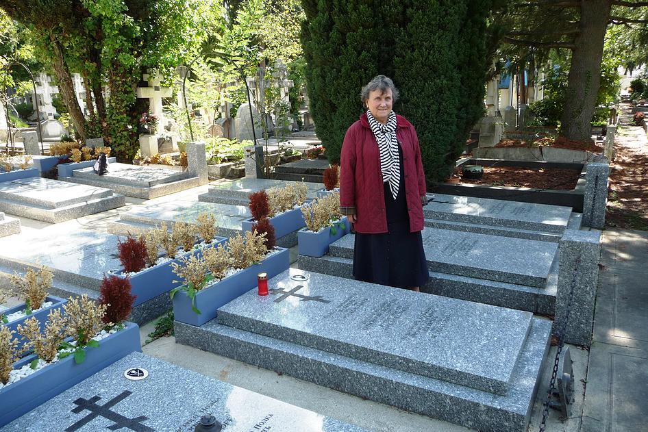 В.М. Соваль (Дегтярева) у могилы отца