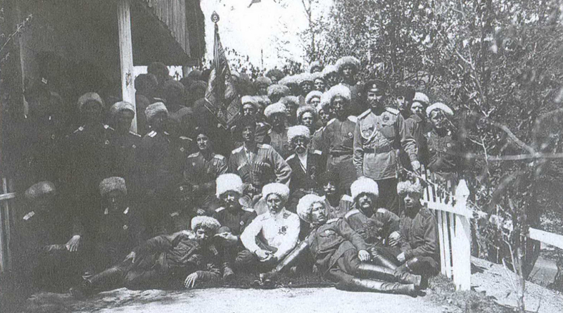 General-Vrangel-sidit-v-tsentre-v-5-j-Hoperskoj-sotne-1-go-Svodnogo-Kubanskogo-polka-na-samoj-vysokoj-tochke-prokladyvaemogo-kazakami-shosse-v-Bolgarii-perevale-Besna-Kobyla-1750-m