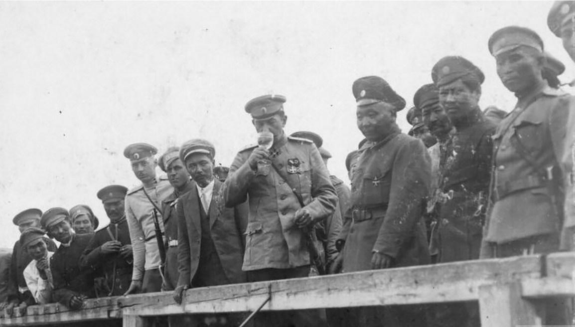 Богаевский, атаман донских казаков, развлекается его калмыцкими войсками, летом 1919